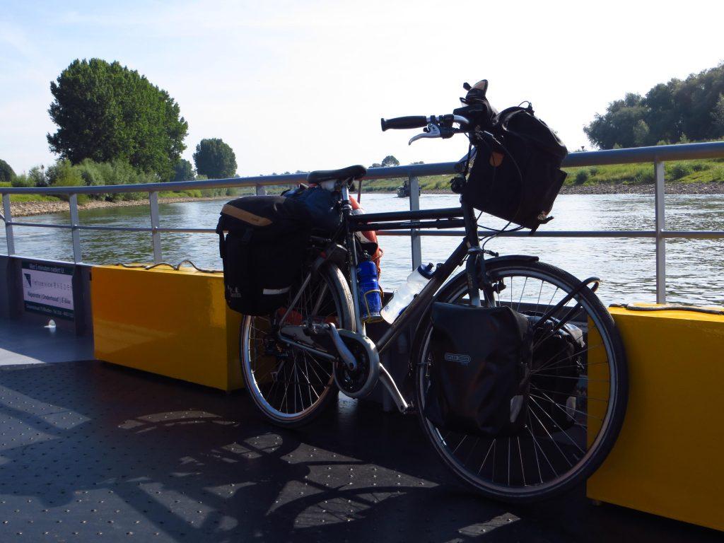 Als eerste rivier wordt bij Rheden de IJssel overgestoken.