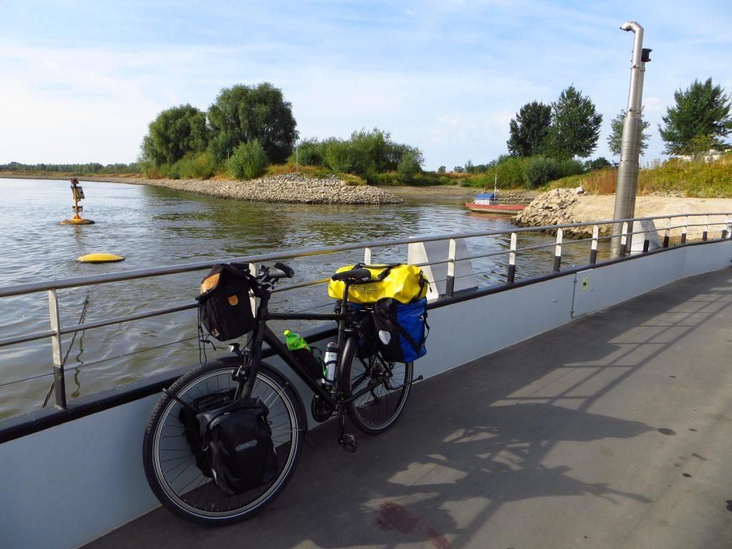 Oversteek over de IJssel met de veerboot van Dieren naar Olburgen.