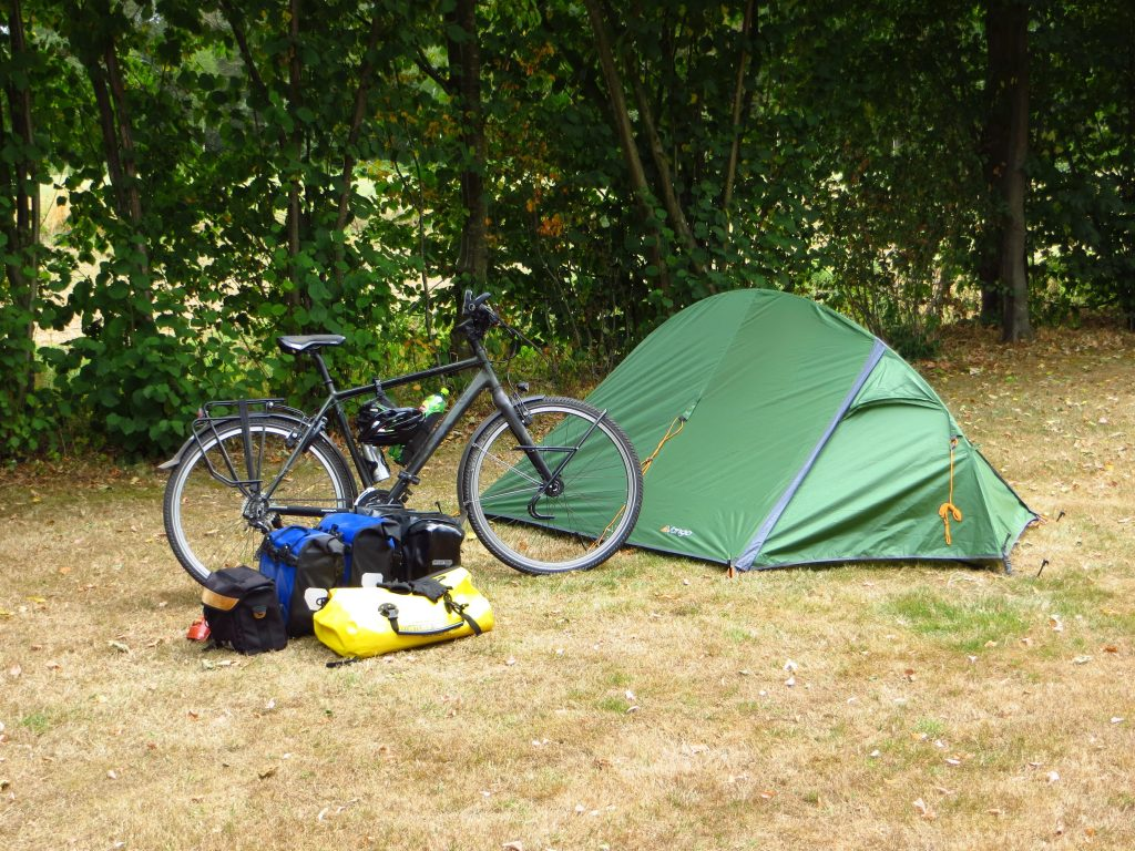 De tent staat weer voor de eerste overnachting.