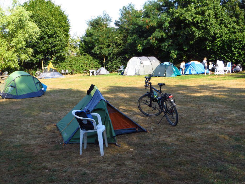 De tent staat weer op Campingplatz Münster langs het riviertje de Werse.
