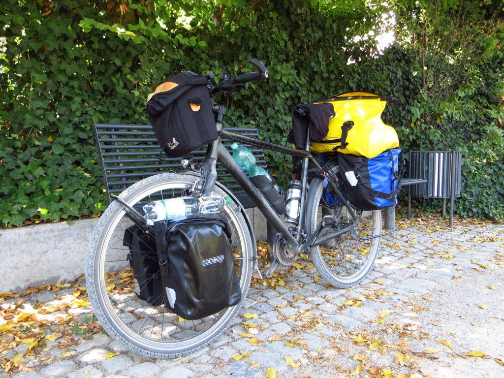 Even een pauze 's middags in Rheda. De waterfles moet gewisseld worden; ik fiets deze dagen 1 op 20. Ook moet de schoon gewassen fietsbroek achter op de tenttas omgedraaid worden zodat de andere kant ook kan drogen onderweg.