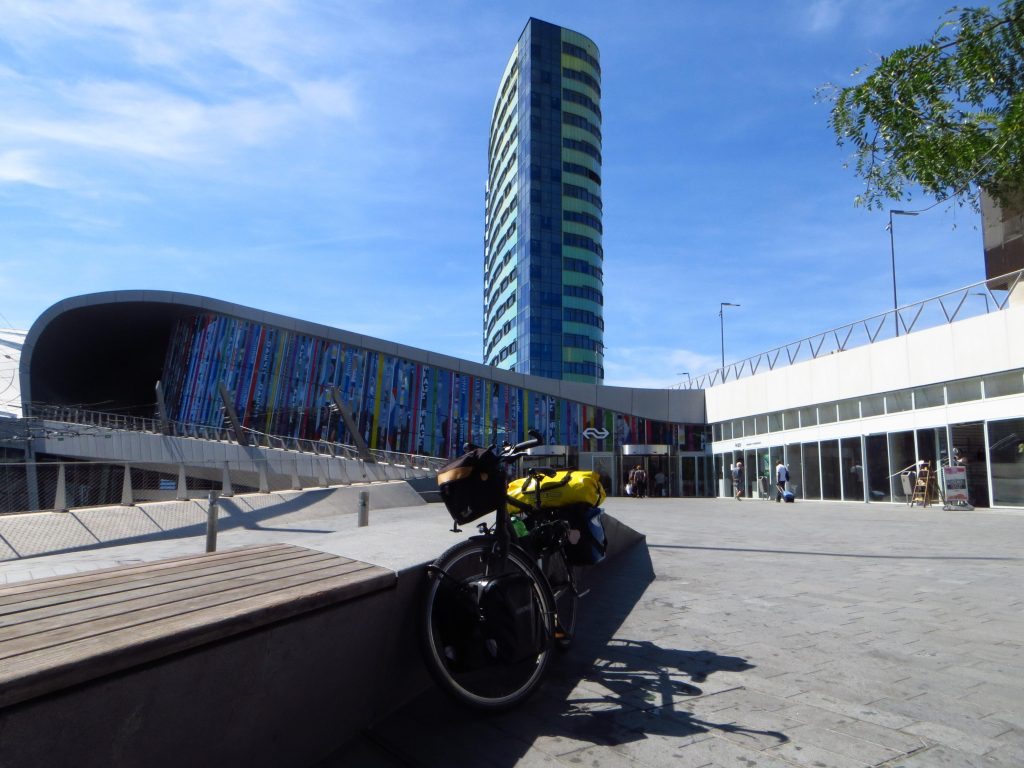 Nog even een mooie foto maken van mijn bepakte fiets met het NS station Arnhem Centraal op de achtergrond.