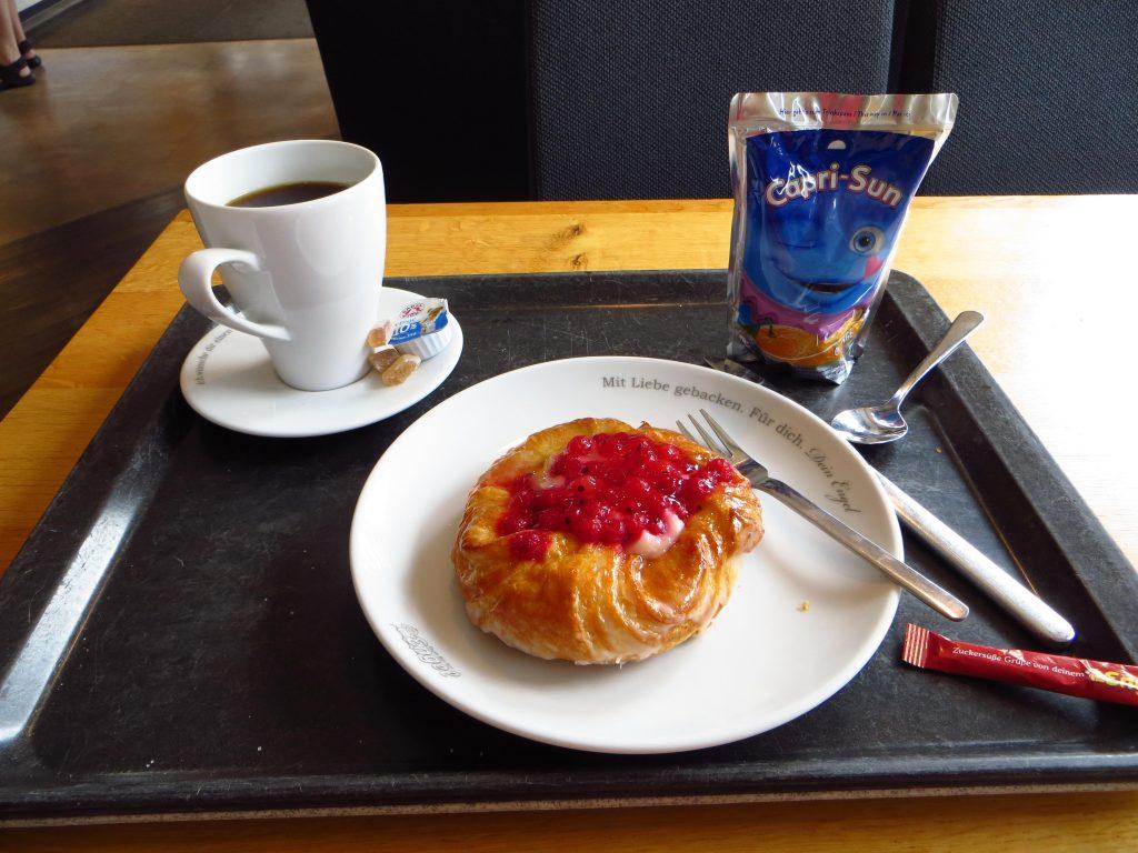 Mijn eerste echte kop koffie deze week met een kleine versnapering ;-)