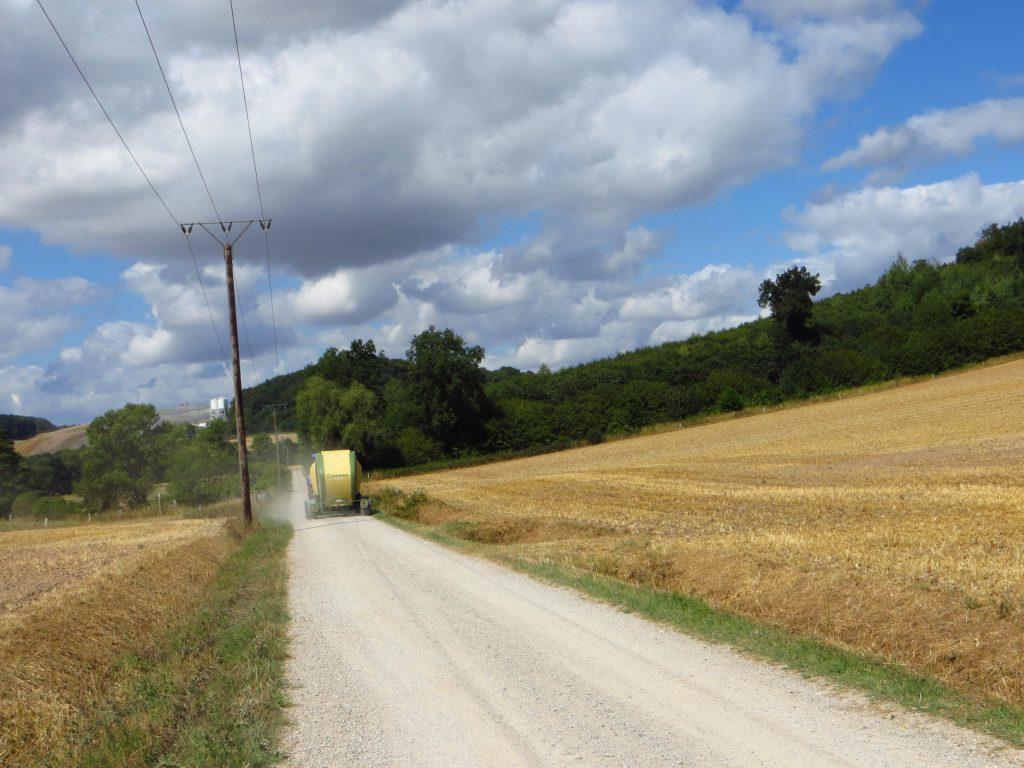 Meestal fiets ik over kleine wegen voor landbouwverkeer en opgesteld voor fietsers.