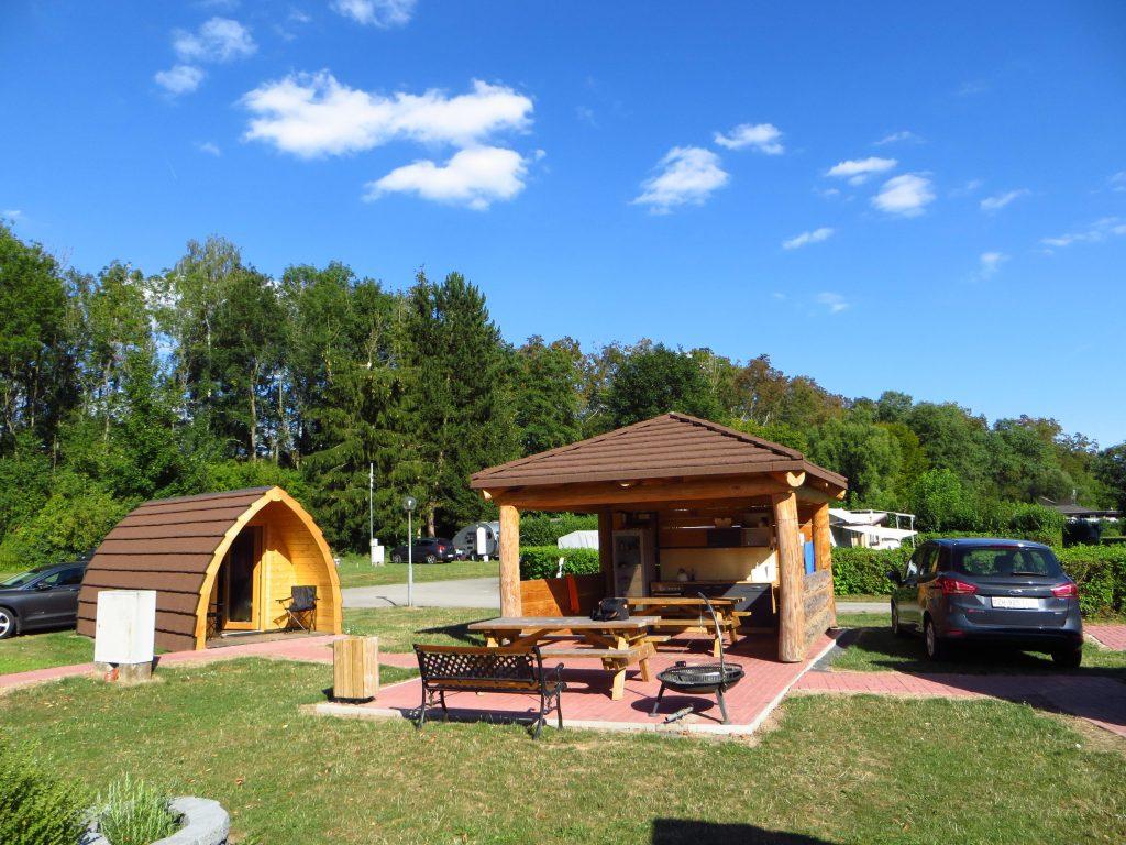 Op de camping hebben ze voor fietsers een kleine kook en zitgelegenheid.