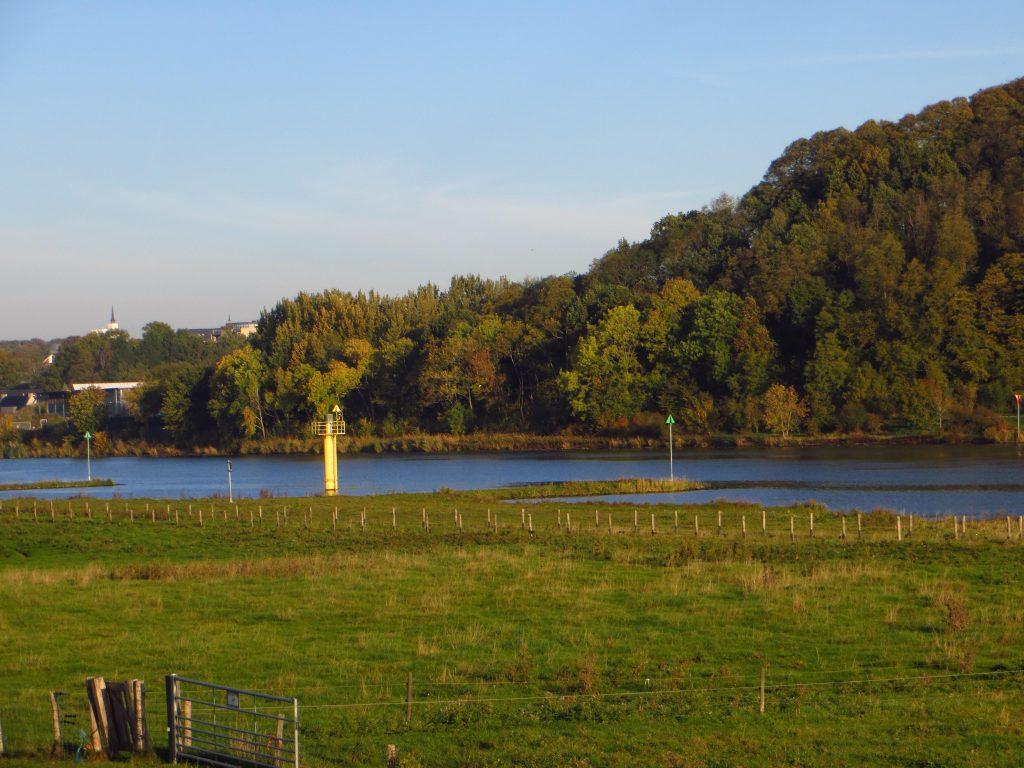 Ik fiets aan de zuidkant langs de Rijn en de Lek en heb een mooie uitzicht op de Utrechtse Heuvelrug met de Grebbeberg vlakbij Rhenen.