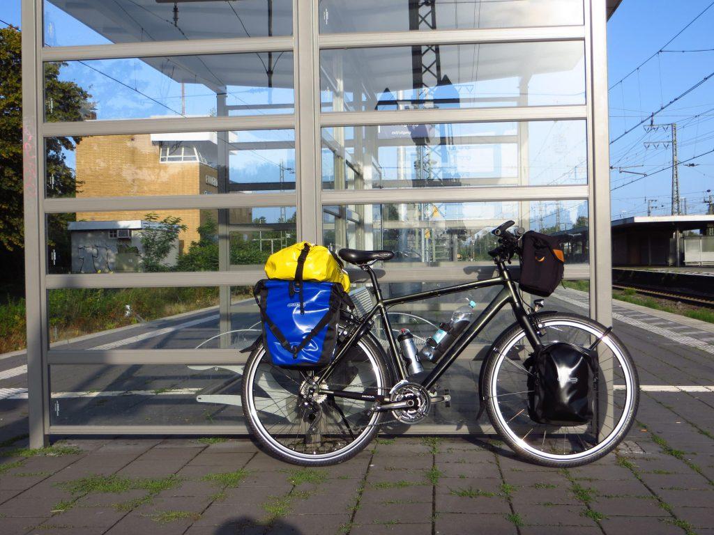 Na een eerste rit van 34 km klaar om 'in te schepen' in Emmerich.