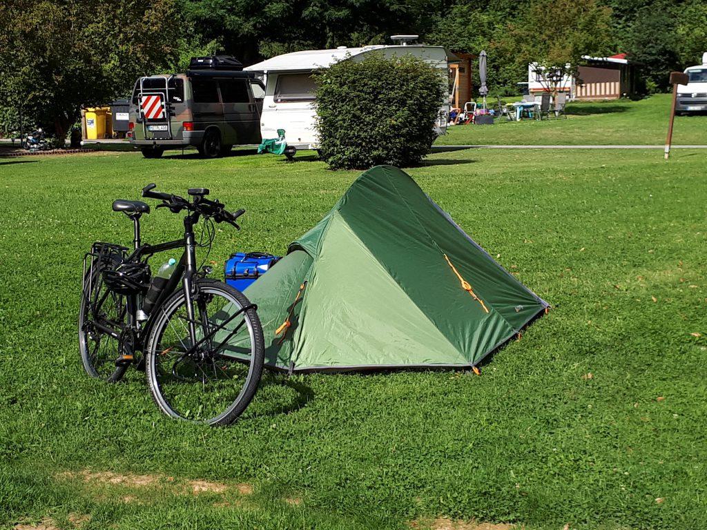 De tent staat weer voor de eerste nacht.