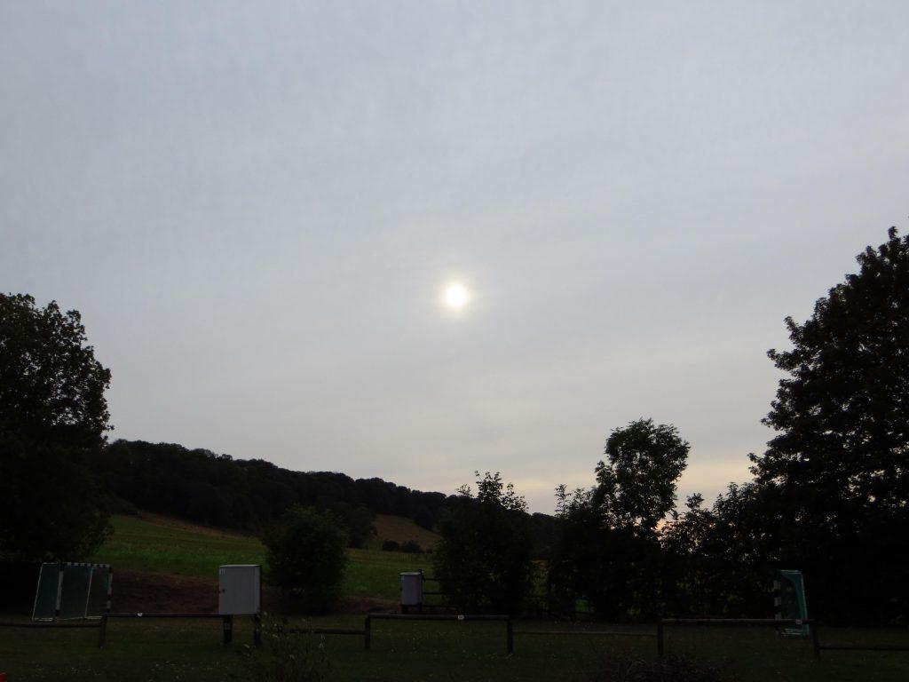 Op de camping. De zon kun je nog zien achter de cirrostratus bewolking, maar niet ver van hier valt de regen.