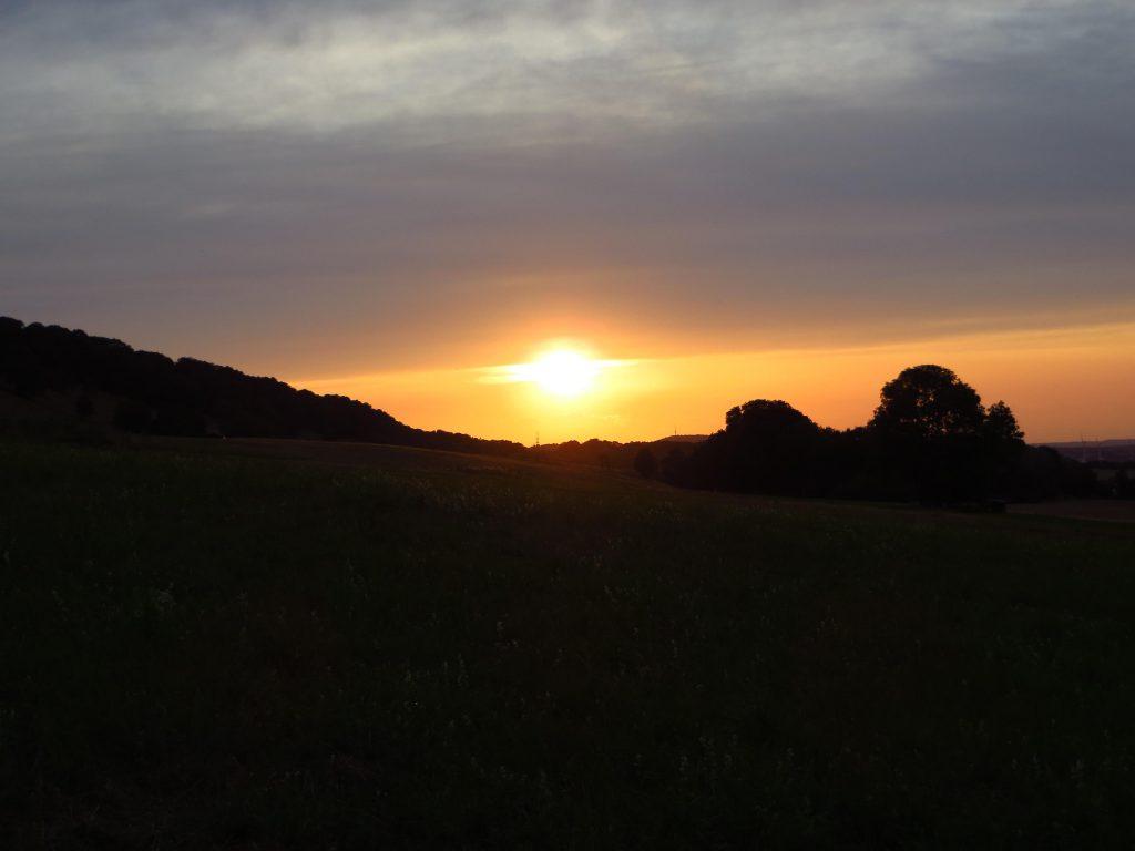 Richting het noodwesten blijft het onbewolkt en de zon laat zich voor de ondergang nog even zien en zegt het komt wel goed morgen.