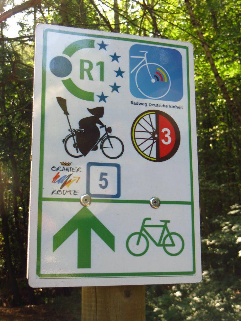 Ook hier zijn bewegwijzerde fietsroutes. Ik volg de R1 naar Berlin.