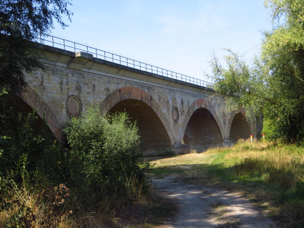 Een oud spoorviaduct bij Hohenerxleben.