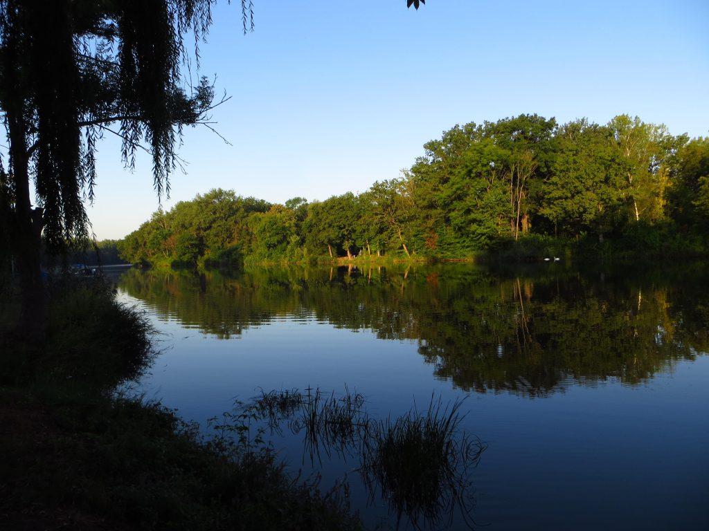 's Ochtends vroeg, de rivier de Saale langs de camping.