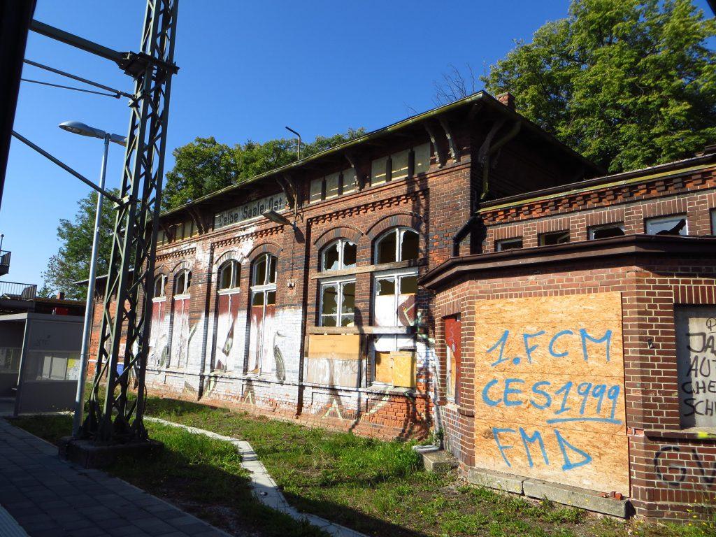 De bouwval van het station Calbe (Saale) Ost wat ik onderweg passeerde. Ik weet niet of 1. FCM (Erstes FC Magdeburg) hier iets mee te maken heeft.