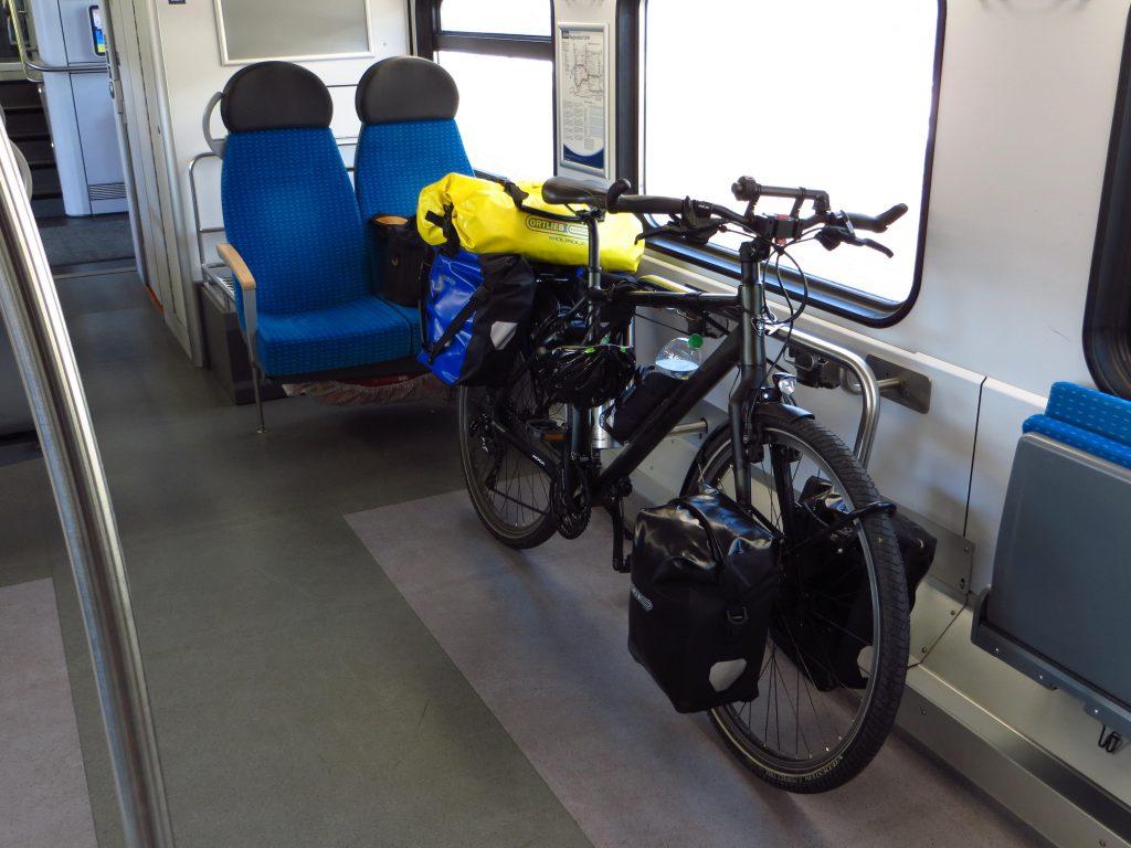 Tussen Braunschweig en Bad Oeynhausen rij ik business class plus: een stoel met rugleuning en zelfs nog een stopcontact om de smartphone op te laden.