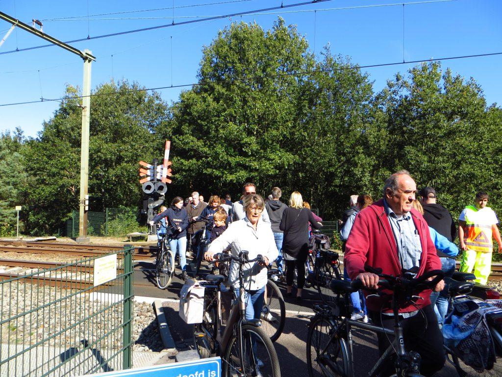 Terug naar huis over de drukke spoorovergang op het traject Arnhem - Utrecht.