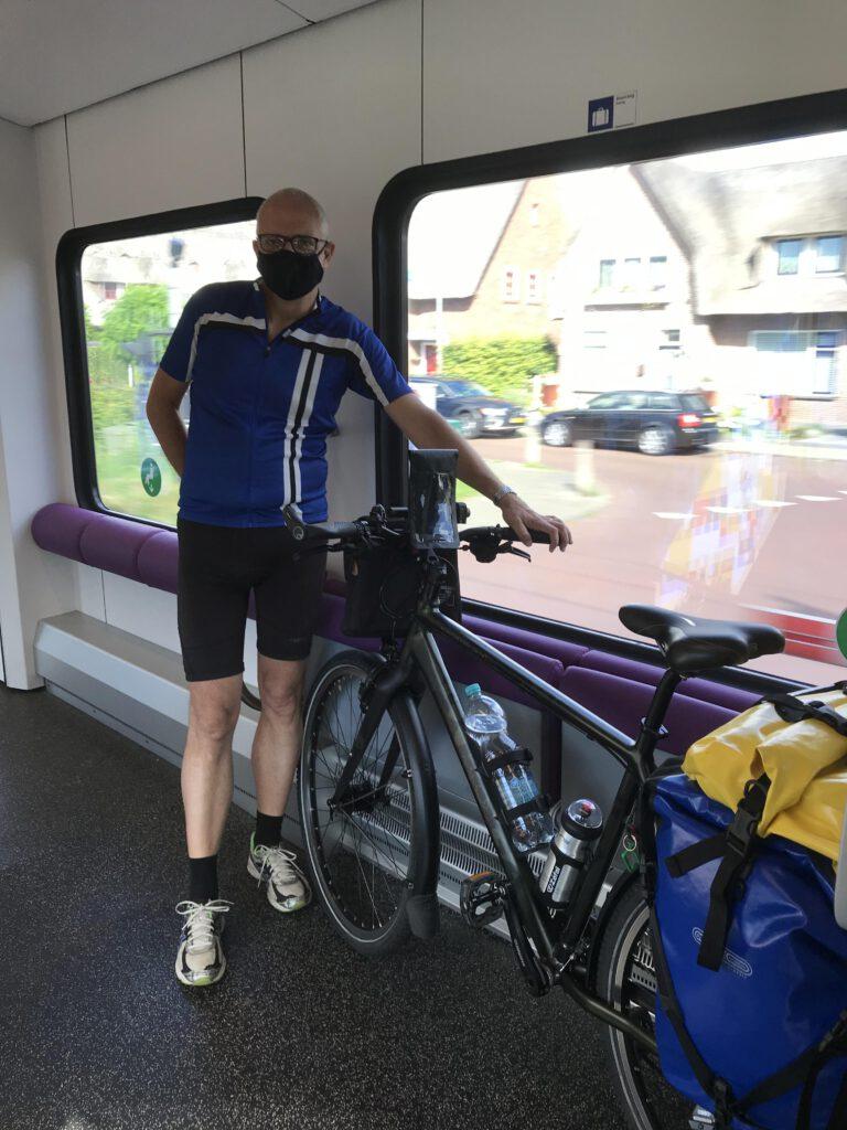 In de trein met het verplichte mondkapje op.
