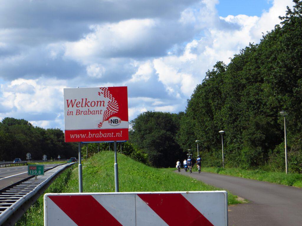 We fietsen Noord-Brabant in over het fietspad langs de A50, omdat het veerpontje vanwege Corona niet vaart.