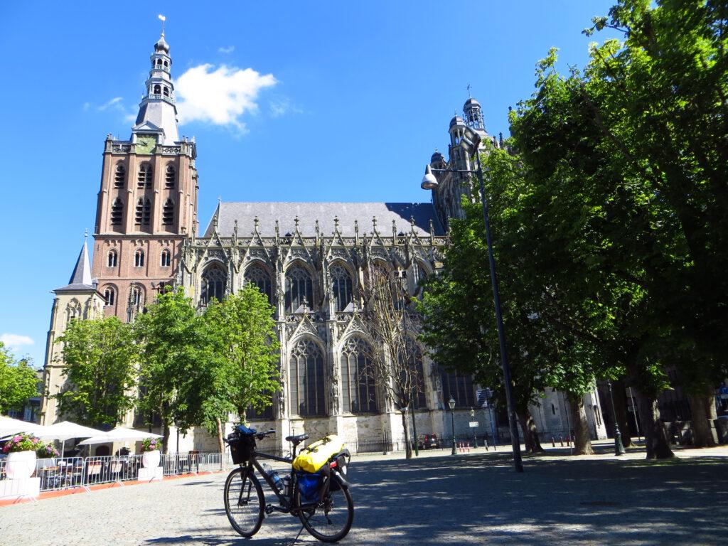 Het plein voor de Sint-Janskathedraal in ´s Hertogenbosch.