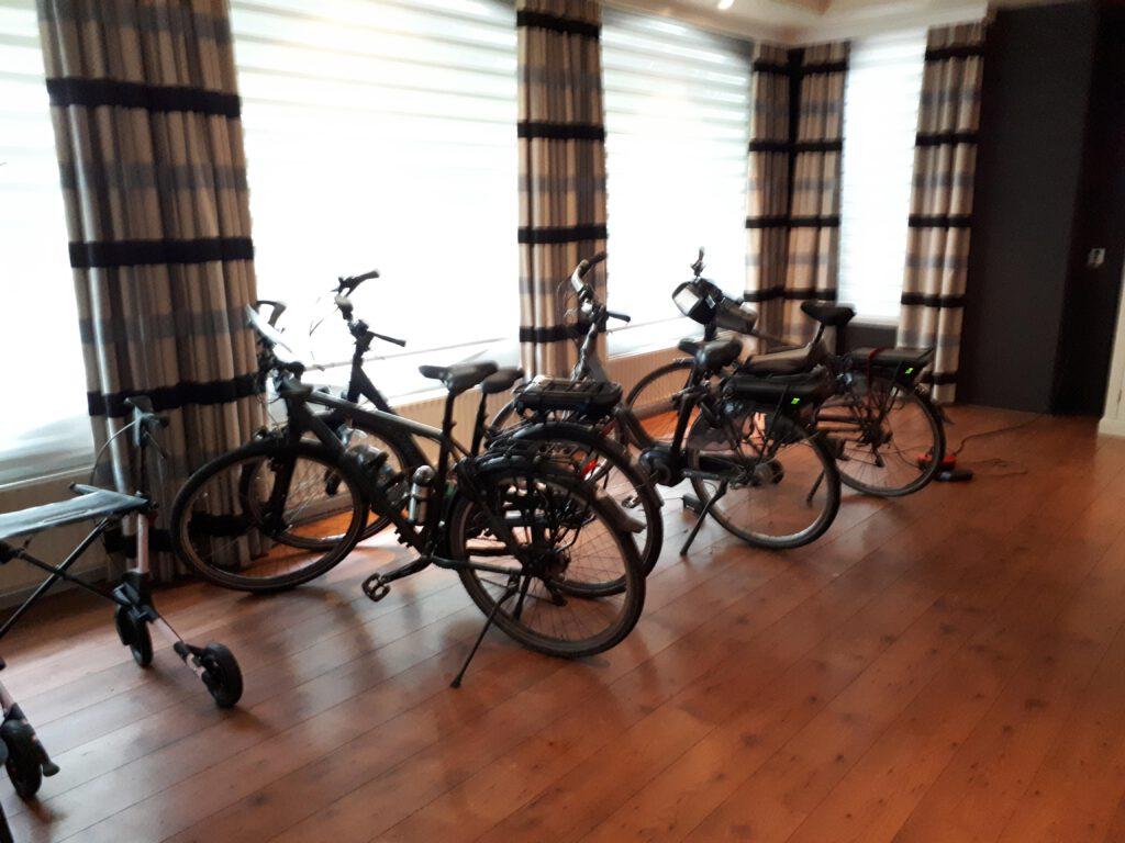 De fietsenstalling van het hotel in Waalwijk.