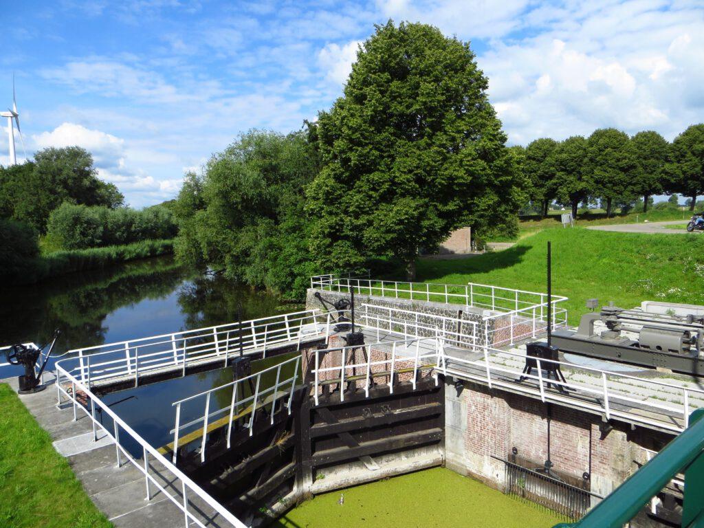 Een sluisje in Oude Maasje ten noordoosten van Waalwijk.