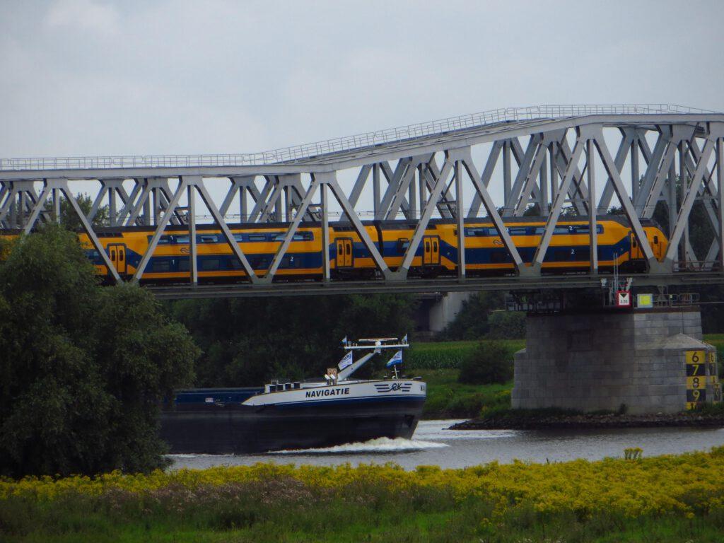 Spoorbrug over de Maas ten noorden van de 's Hertogenbosch.
