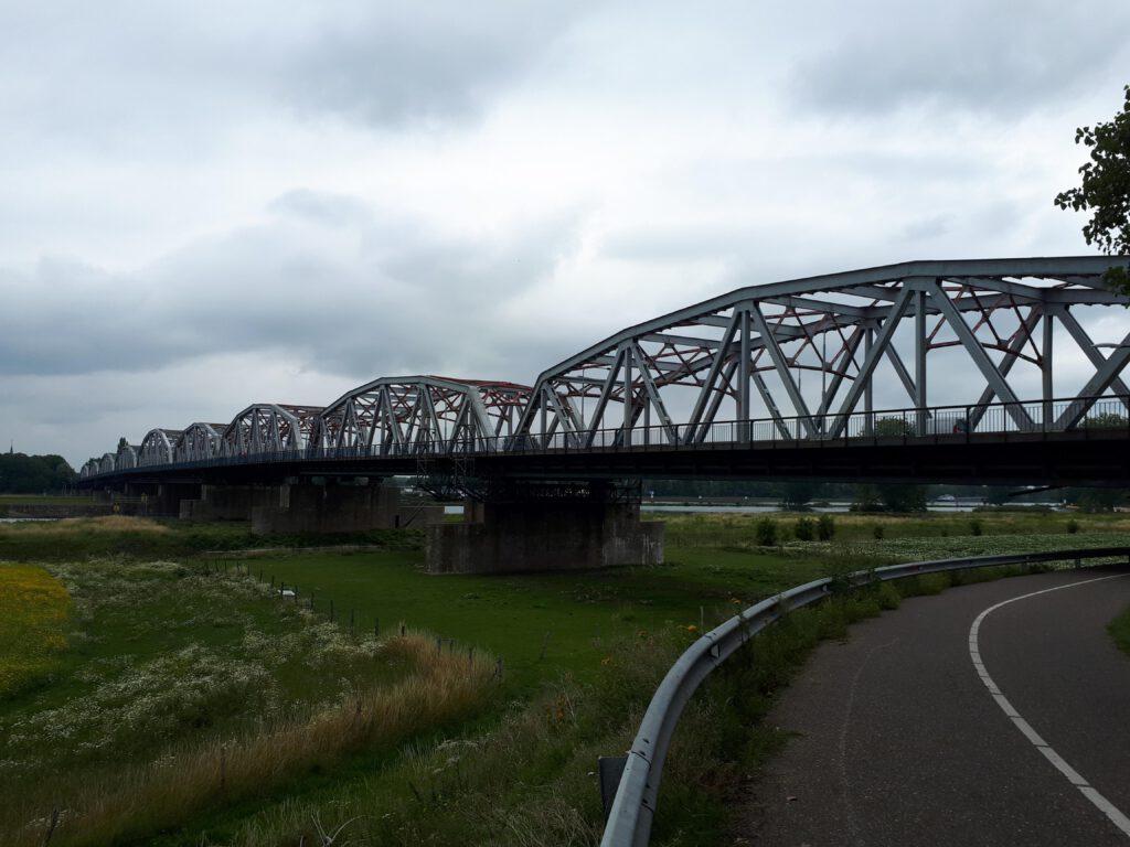 De brug over de Maas bij Grave.