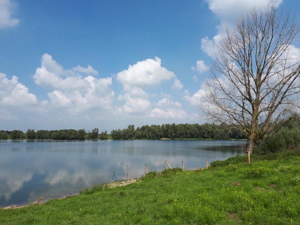Een recreatieplas ten zuiden van Bemmel.