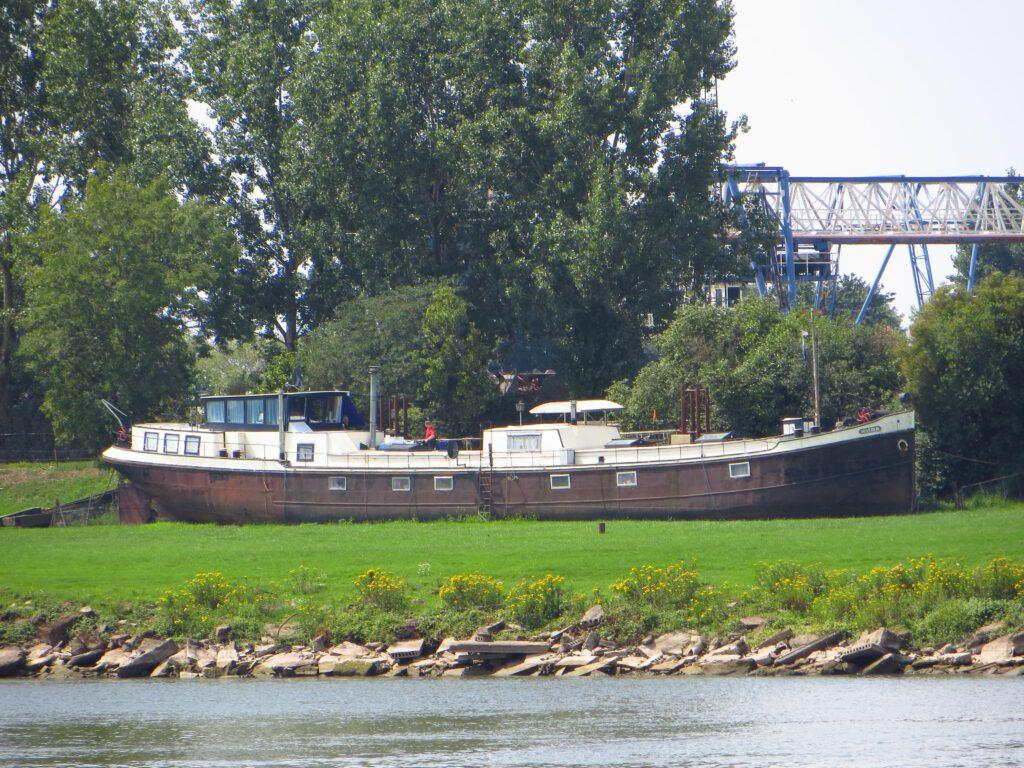 Een oud schip op het droge bij het veer over de Rijn bij Huissen.